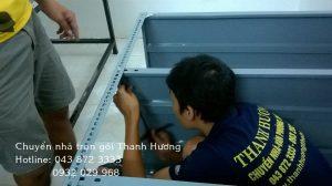 Công nhân chuyển nhà Thanh Hương đang lắp giá sắt